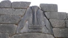 Главният вход на Микена е Лъвската врата, наречена на два лъва, които са символ на богинята – закрилница на града.