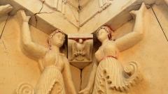 При разкопките на една от могилите е открита гробница с 10 женски фигури (кариатиди), които представляват образа на Великата богиня-майка на живота и смъртта.