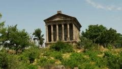Останките на древната крепост Гарни в Армения и запазеният храм в древногръцки стил са разположени над живиписното ждрело на река Азат. Крепостта е изградена през 3-ти век преди н.е.