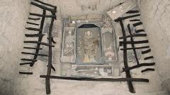Сипан, който намира се в северната част на Перу е бил административен и религиозен център на културата Моче. Известен е с гробницата на Властелинът на Сипан (на снимката), открита от перуанския археолог Валтер Алва през 1987 г.