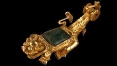 Един от вълшебните медальони, изработени от чисто злато, изобразяващи животни