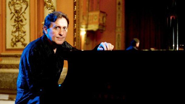 Людмил Ангелов е основател и артистичен директор на фестивала.