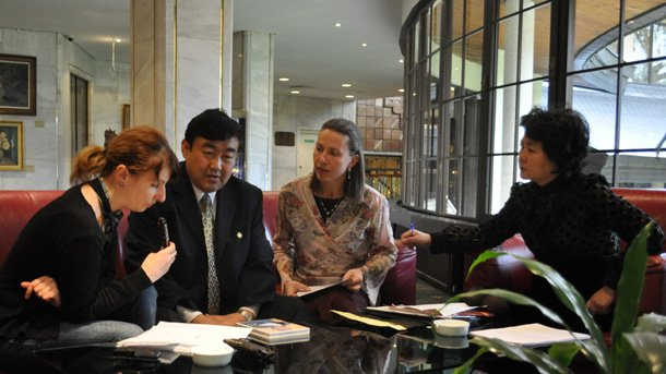 На снимката: Невена Праматарова по време на разговора с Кон Сианглин, наследник на Конфуций, Мария Маринова, преводач от китайски и Джан Джонхуа, съветник по културните въпроси към Китайското посолство в България (отляво надясно)