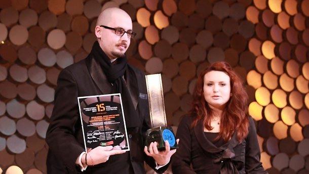 Елена Илиева връчва наградата на режисьора Павел Веснаков.