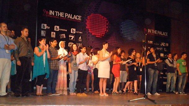 Участници и гости на фестивалната сцена.