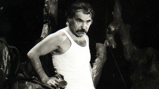 """Григор Вачков в моноспектакъла """"Лазарица""""от Йордан Радичков (1978 г.). Постановка на Сатиричния театър."""