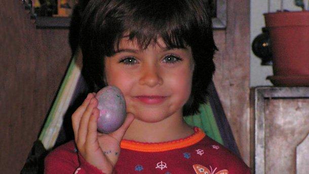 Етиенита от малка носи обичта към българските традиции,но иимето и таланта на вуйчо си Етиен Леви.