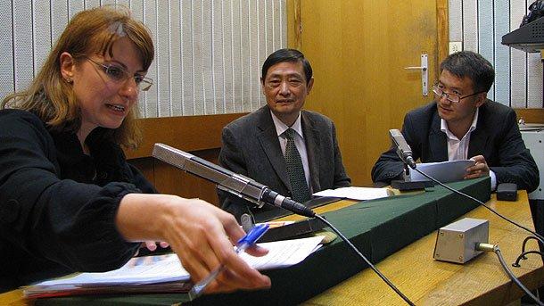 На снимката: Невена Праматарова, Лую Йон Хонг, Съветник по културните въпроси към Китайското посолство у нас и Мао Йенчън, преводач към посолството (отляво надясно).