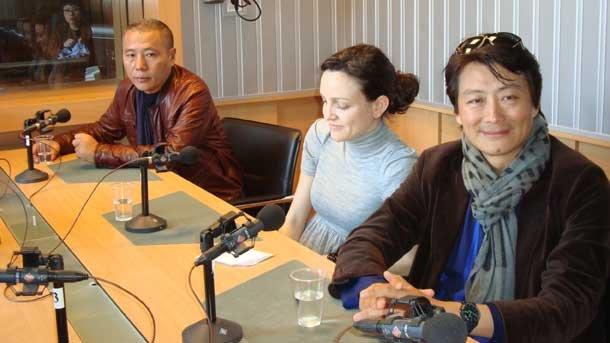 Син Донг Ченг (крайният вдясно) куратор, Николета Попкостадинова, преводач, и Сюе Сун, художник.