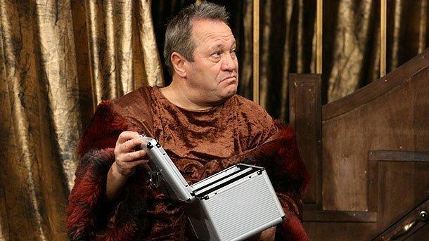 """Актьорът в ролята на Волпоне във """"Волпоне"""" на Бен Джонсън. Постановка на Народния театър."""