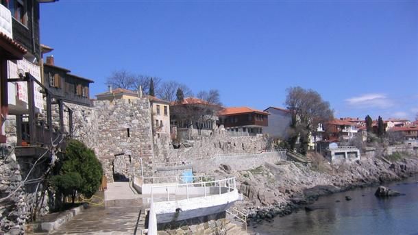 Южната кула и крепостна стена в стария град в Созопол, който оглави класацията на в.