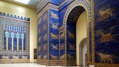 """Възстановената изцяло врата на Ищар на древен Вавиолон в берлинския музей """"Пергамон""""."""