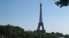 Един от символите на Париж – Айфеловата кула е метална решетъчна кула с височина 324 м, построена от Густав Айфел и неговия екип като входна арка на Световното изложение в Париж от 1889 г.