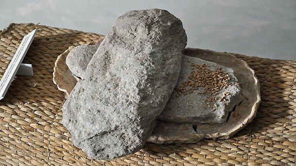 Каменна мелница за зърно (хромел), халколит, V хил. пр. Хр, Старозагорско (възстановка в музейна среда с оригинални находки).