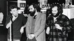 1982 година – Волен Николаев (в средата) и Кристиян Бояджиев (вдясно) разговорят с Васил Найденов за българската песенна лирика.