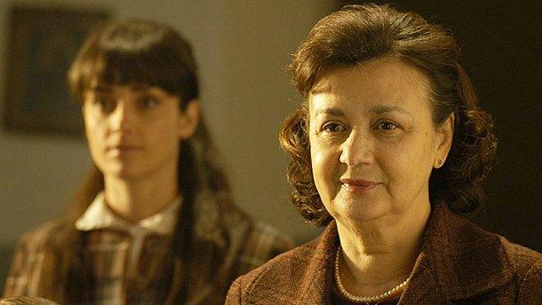 """Кадър от филма """"Светът е голям и спасение дебне отвсякъде"""" с участието на Людмила Чешмеджиева (на снимката вдясно)."""