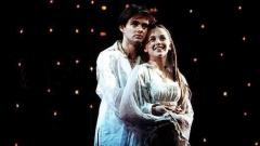 """Сцена от мюзикъла """"Ромео и Жулиета"""" с участието на Андрю Бевис (Ромео) и Лорна Уонт (Жулиета)."""