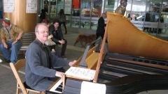 """Освен в подлеза сред свои почитатели, Марио може да бъде чут (вече във фрак) на 19 май в Първо студио на БНР, от 19.00 часа, и на 8 юли в Градската художествена галерия, Варна, от 11.00 часа, с Концерт от програмата на Международния музикален фестивал """"Варненско лято""""."""