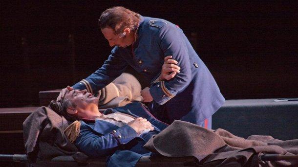Сцена от операта– Зоран Тодорович в ролята на дон Алваро (ранения) и Владимир Стоянов в ролята на дон Карлос ди Варгас.