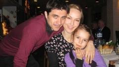 На снимката: Марин Кожухаров, Вили Кантарджиева и дъщеря им Неда.