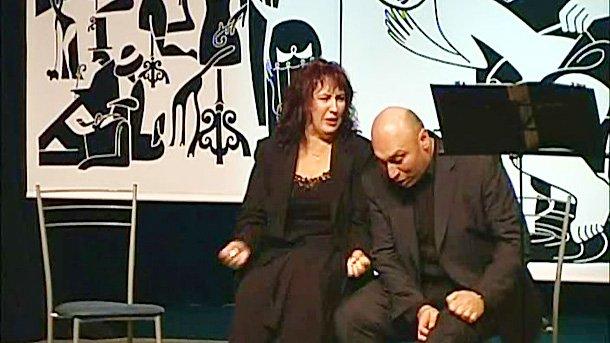 """Сцена от авторския спектакъл """"Интимни беседи по онзи въпрос"""" на Елена и Кръстьо Лафазанови."""