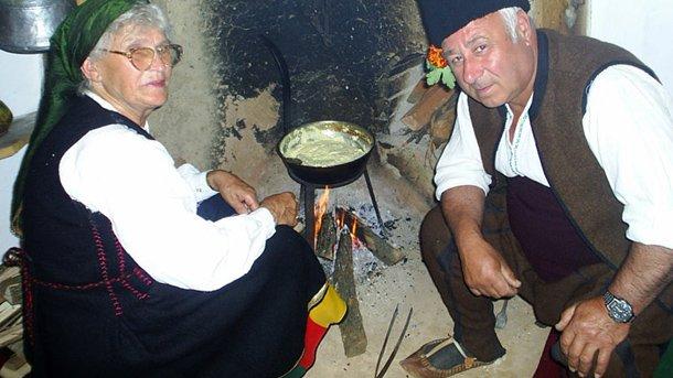"""За трапезата задължително се приготвя обредна храна от прясно сирене и пшеничено брашно, наречена """"Бял мъж""""."""