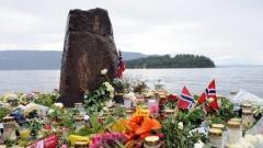 Изглед към норвежкия остров Утьоя, където бяха убити 68 младежи, на брега стотици норвежци и гости на страната оставят цветя и свещи в памет на загиналите.