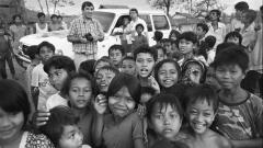 """Енчо Господинов (вторият отляво надясно) с фоторепортера на в. """"Поглед"""" Иван Григоров в лагер за бежанци, прогонени от """"червените кхмери"""" на границата между Тайланд и Кампучия (ноември, 1990 г.)"""