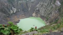 Един откратерите на вулкана Ирасу -езерото на дъното мумени цвета си в зависимост от силата на светлината и часа.
