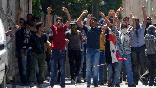 Младежи в Сирия протестират срещу управлението на президента Башар Асад.