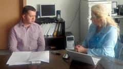 Анелия Торошанова разговаря с Ивайло Василев.