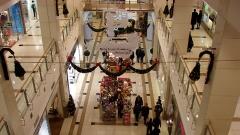 Броени дни остават до коледните празници, но въпреки това големите магазини остават празни.