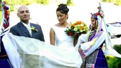 Един от стародавните ритуали в българската народна сватбена традиция е увиването с бяло платно на младоженците.
