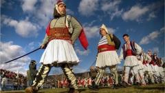 Русалийска дружина, предвождана от ватафин– съвременна възстановка на обичая от самодеен състав от Северна България.