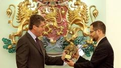 Президентът Георги Първанов връчва наградата Джон Атанасов на Петър Попов.
