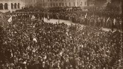 Молебен перед кафедральным собором Александра Невского 1 ноября 1927 г. в присутствии учащихся всех столичных учебных заведений, студенты, юнкера, ополченцы и другие