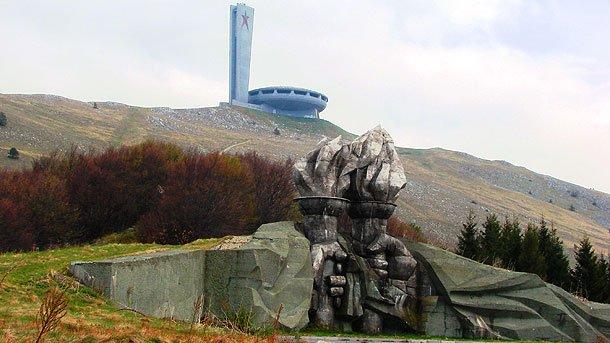 На иностранцев сильное впечатление производит внушительный силуэт рушащегося памятника Болгарской компартии, расположенного на подобии летающей тарелки на живописной вершине Бузлуджа