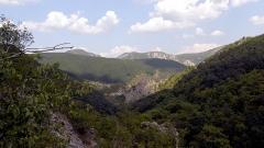 Вид с ущелья реки Ерма, горы в районе города Трын,в 90 км к западу от Софии. Высота над уровнем моря: 907 м.