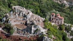 Асенова крепость - одна из достопримечательностей города Асеновграда. Справа - церковь Святой Богородицы Петричской.