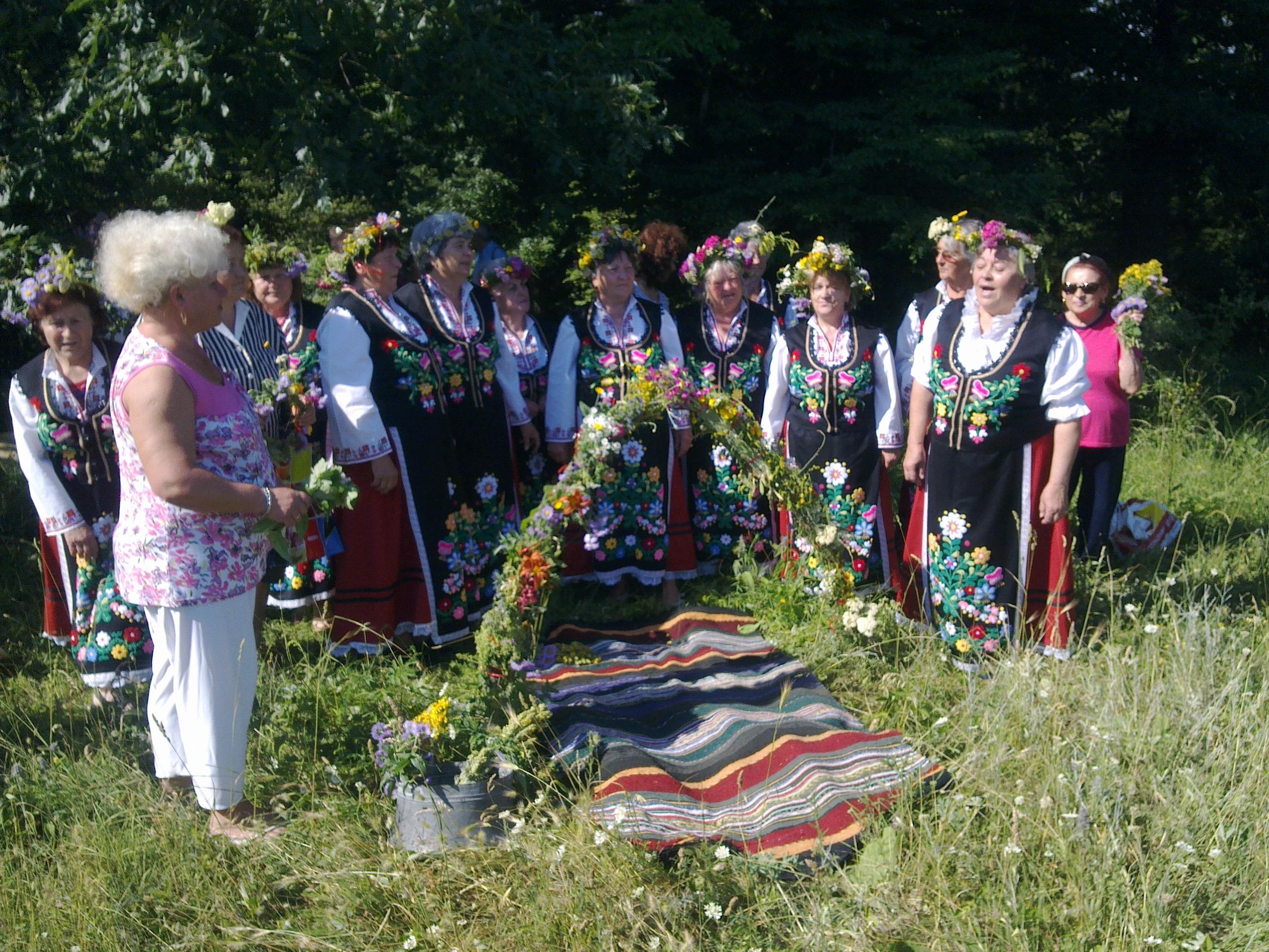 Възрастни самодейци от Югозапада се събират на Еньовден в Перник.