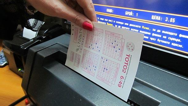 Много хора смятат, че да търкаш лотарийни билети е най-прекият
